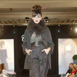 Noelia López desfila con un conjunto marrón de la nueva colección de la firma Tot-Hom