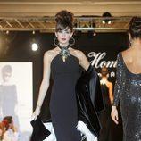 Noelia López desfila con un vestido negro de la nueva colección de la firma Tot-Hom