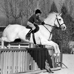 Cayetana Fitz James Stuart montando a caballo en 1971