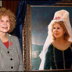 La duquesa de Alba posa junto a su retrato en el 2003