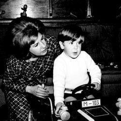 La duquesa de Alba con su hijo Cayetano Martínez de Irujo en 1966