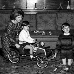 La duquesa de Alba con sus hijos Fernando y Cayetano en el Palacio de Liria en 1966