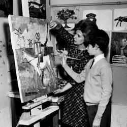 La duquesa de Alba con su hijo Jacobo en el Palacio de Liria en 1966
