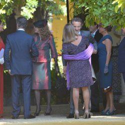 Alfonso Díez saluda a los invitados en su enlace con la duquesa de Alba