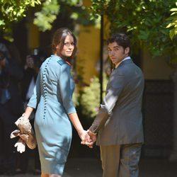Cayetano Rivera y Eva González entran en Dueñas para la boda de la Duquesa