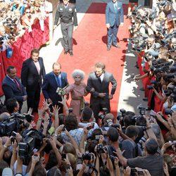 La Duquesa de Alba tira el ramo de novia tras dar el 'sí quiero' a Alfonso Díez