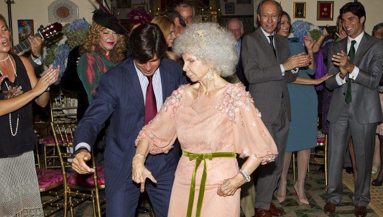 Cayetana de Alba bailando con Fran Rivera para celebrar su boda