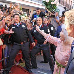 Cayetana de Alba y Alfonso Díez saludan al público a la entrada del Palacio de las Dueñas