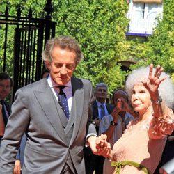 Alfonso Díez y la Duquesa de Alba saludan a los presentes a las puertas del Palacio de las Dueñas