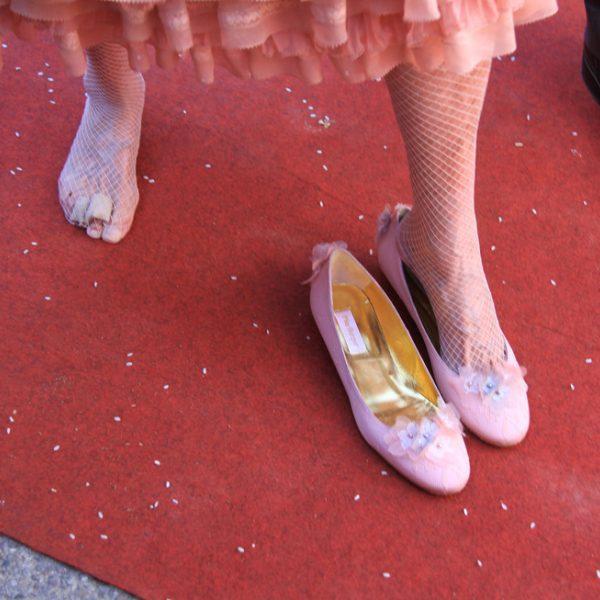 La duquesa de alba se quita los zapatos para bailar a la for Gabinete de zapatos para la entrada