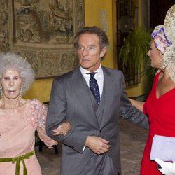 La Duquesa de Alba y Alfonso Díez junto a Carmen Tello en la celebración de su boda en Sevilla