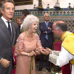 Doña Cayetana de Alba y Alfonso Díez reciben la bendición del sacerdote en la ceremonia religiosa de su enlace en Sevilla