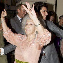 La Duquesa de Alba baila junto a Cayetano Rivera en su boda en Sevilla