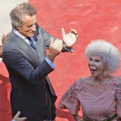 Alfonso Díez y Cayetana de Alba, muy animados a las puertas del Palacio de las Dueñas en Sevilla