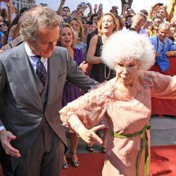 Cayetana de Alba y Alfonso Díez, bailando ante el público agolpado a las puertas del Palacio de las Dueñas