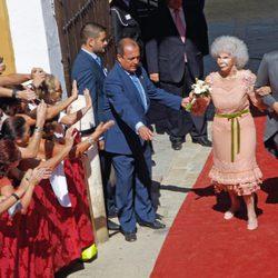Doña Cayetana de Alba y Alfonso Díez, a la salida de su enlace en el Palacio de las Dueñas en Sevilla