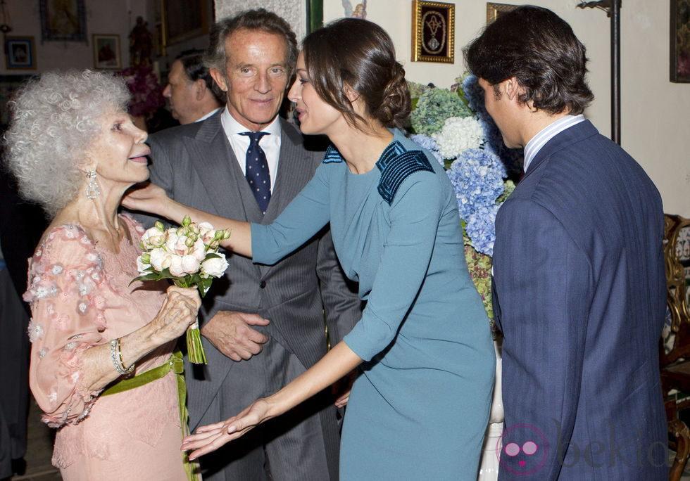 Eva Gonzalez, felicitando a la Duquesa de Alba y Alfonso Díez