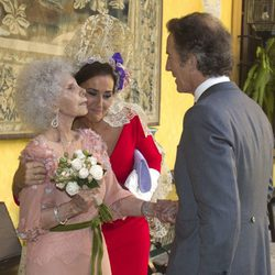 Carmen Tello abraza a la Duquesa de Alba en su boda con Alfonso Díez