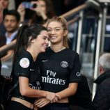 Kendall Jenner y Gigi Hadid animando al Paris Saint Germain