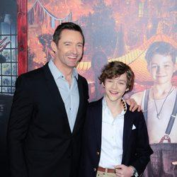 Hugh Jackman y Levi Miller en el estreno de 'Pan'