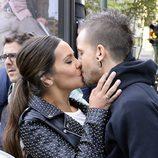Cristina Pedroche y David Muñoz se besan tras anunciar su compromiso
