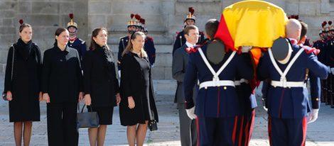 Los hijos del Infante Carlos frente el féretro del Duque de Calabria