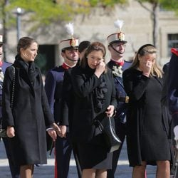 Las hijas del Duque de Calabria llorando en su funeral