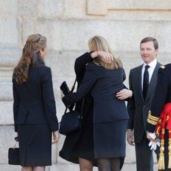 Las Infantas Elena y Cristina dan el pésame a los hijos del Duque de Calabria en su funeral