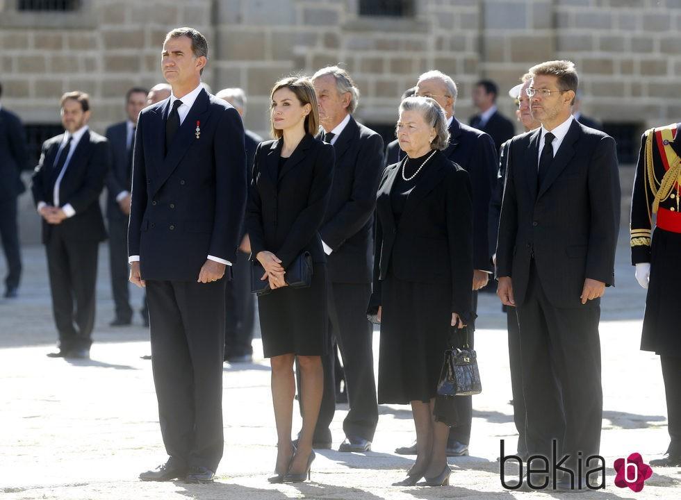 Los Reyes Felipe y Letizia con Ana de Francia en el funeral del Duque de Calabria