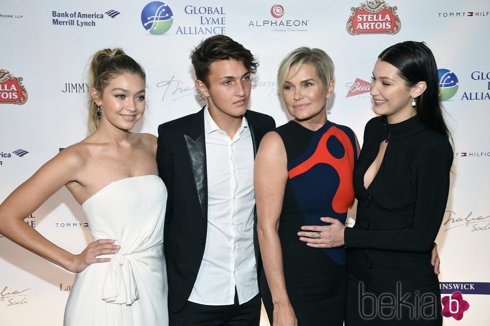 Gigi, Anwar y Bella Hadid junto a su madre en la gala Global Lyme Alliance