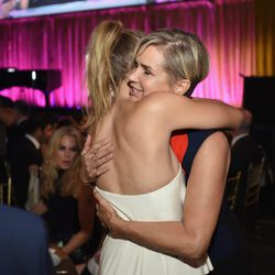 Gigi Hadid abraza a su madre en la gala Global Lyme Alliance