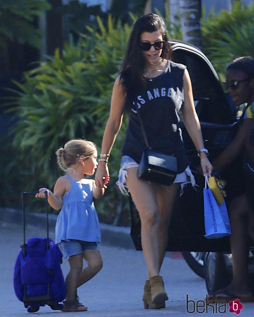 Penelope Disick con su madre Kourtney Kardashian