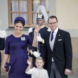Los príncipes Daniel y Victoria de Suecia con su hija Estela en el bautizo de Nicolás de Suecia