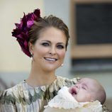 La princesa Magdalena de Suecia sujetando a su hijo Nicolás de Suecia en su bautizo