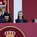 La Reina Letizia habla con la Princesa Leonor y la Infanta Sofía en el Día de la Hispanidad 2015