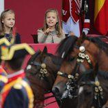 La Princesa Leonor y la Infanta Sofía, muy curiosas en el Día de la Hispanidad 2015
