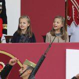 La Princesa Leonor y la Infanta Sofía, muy sonrientes en el Día de la Hispanidad 2015