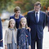 La Reina Letizia, la Princesa Leonor y la Infanta Sofía con Mariano Rajoy en el Día de la Hispanidad 2015