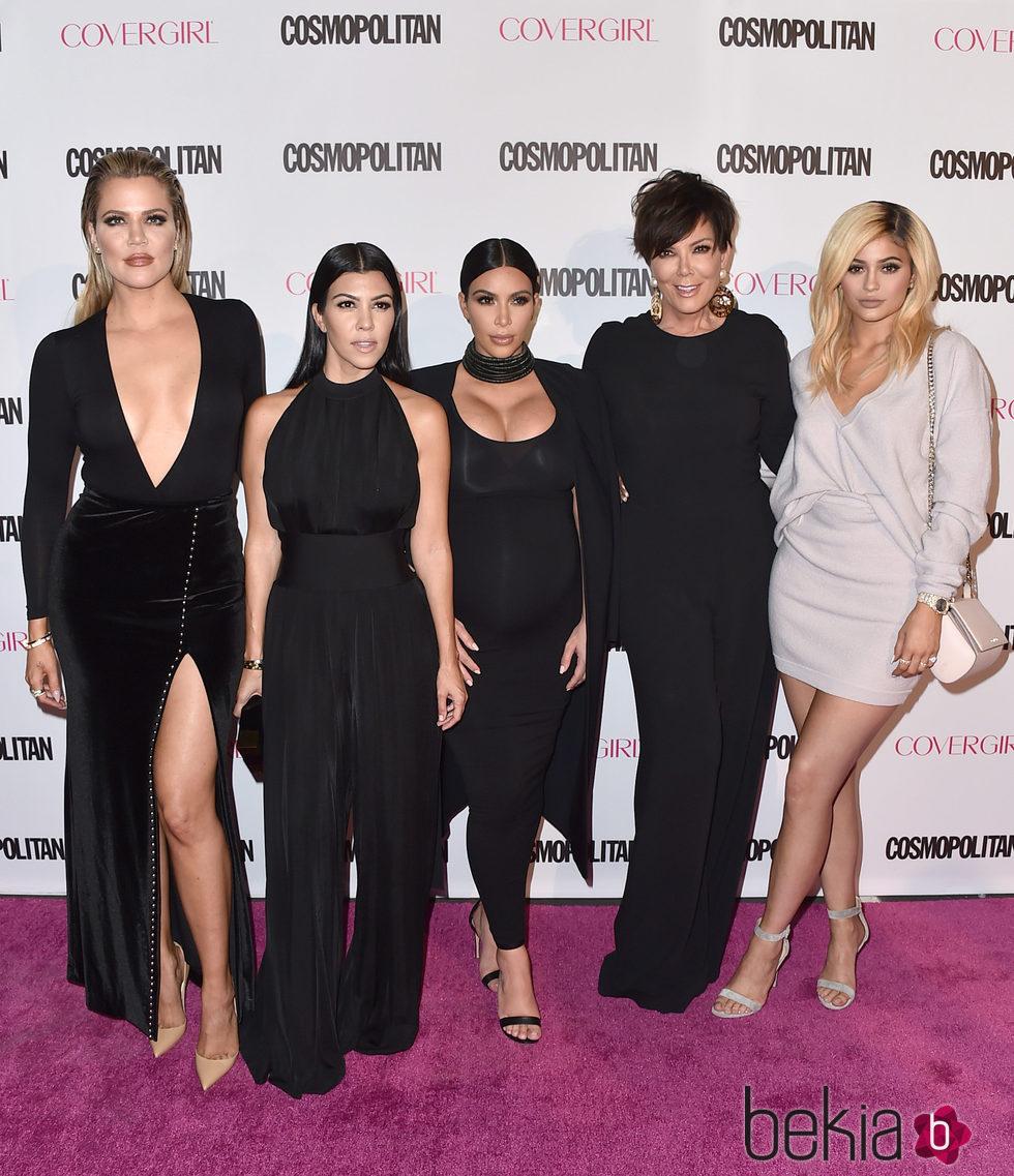 Kris, Kourtney, Kim, Khloe y Kendall en la fiesta 50 aniversario de Cosmopolitan