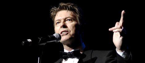 David Bowie orquestando uno de sus últimos conciertos