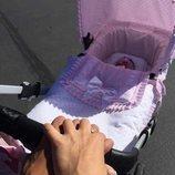 Primer paseo de Tamara Gorro y Ezequiel Garay con su hija Shaila