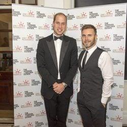 El Príncipe Guillermo de Inglaterra y Gary Barlow en una gala benéfica en Londres