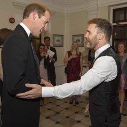Gary Barlow saludando a Guillermo de Inglaterra en una gala benéfica