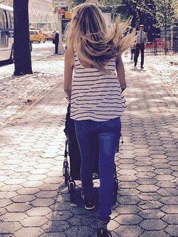 Vanesa Lorenzo paseando con su hija Manuela por Central Park
