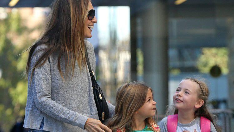 Sarah Jessica Parker con sus hijas Loretta y Thabita camino del colegio