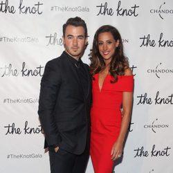 Kevin y Danielle Jonas en The Knot gala 2015 en Nueva York