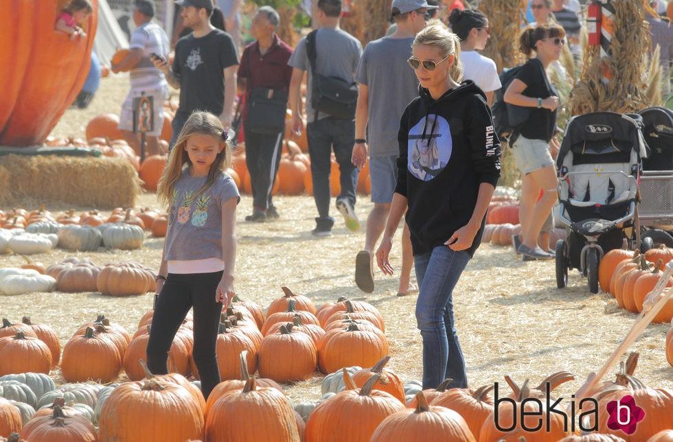 Heidi Klum con su hija Leni buscando las calabazas para Halloween 2015