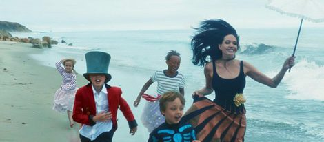 Angelina Jolie acompañada de sus hijos en una divertida sesión fotográfica