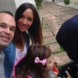 Andrés Iniesta y Anna Ortíz disfrutando de la tarde del domingo junto a sus hijos