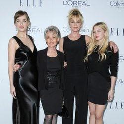 Melanie Griffith, Tippi Hedren, Dakota Johnson y Stella del Carmen en los premios ELLE
